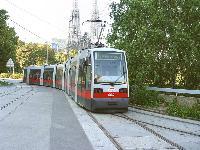 A 664-es pályaszámú ULF a 43-as vonalról érkezik a kétszintes Schottentor villamosvégállomás felső hurokvágányára.  (forrás: Vitézy Dávid)