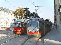 A régi E-sorozat járművei szép lassan tűnnek el Bécs vágányairól. A jelenlegi tervek szerint a 15 éven belül 450 darabosra növekedő ULF-flotta kizárólagosan lesz jelen Bécs villamosközlekedésében (a Wiener Lokalbahn járműveitől eltekintve). (forrás: Vitézy Dávid)