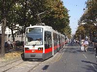 A 666-os pályaszámú ULF mutatkozik be a népes közönségnek a bécsi nagykörúton, a Ringen 2003. szeptember 22-én, a Wiener Linien 100. születésnapja alkalmából rendezett villamos és autóbusz felvonuláson. (forrás: Vitézy Dávid)