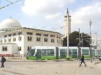Afrika leendő első alacsonypadlós villamosa Tunisz egyik utcájára montírozva. (forrás: http://www.alstom.com)