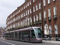A kép július 14-én készült, a 4005-ös pályaszámú hosszú CITADIS-t mutatja a zöld vonalon St. Stephens Green végállomás és Harcourt között, György-kori épületek között. A képet <a href=