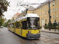 Elölről nézve Berlin összes alacsonypadlósa így néz ki, a pályaszám első számjegyéből pedig rá lehet jönni mi van a jármű végén. A képen látható 1029-es pályaszámú villamos a 104 darabos egyirányú flottába tartozik, a kétirányúak pályaszáma a 2-essel kezdődik. (forrás: Vitézy Dávid)