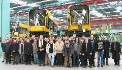 A VEKE csapata és vendéglátóink közös csoportképe, Siemens-SGP gyár végszerelő csarnok, Bécs, Simmering (forrás: Hajtó Bálint)