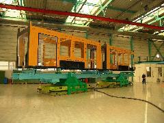 Egy dupla modul, alapozó festés után, légpárnás targoncán., Siemens-SGP gyár, Bécs (forrás: Siemens)