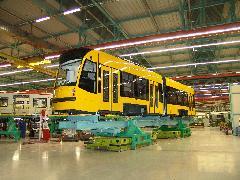 A burkolatok felragasztása után a végszereldébe érkezik egy kocsiegység a légpárnás targoncán., Siemens-SGP gyár, Bécs (forrás: Siemens)