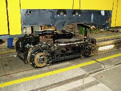 A futó forgóvázra helyezik a járműszekrényt., Siemens-SGP gyár, Bécs (forrás: Siemens)