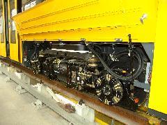 Hajtott forgóváz, beszerelve a jármű alá. Jól látható a hosszanti irányban elhelyezett motor, és a kerekeken található hajtásházak., Siemens-SGP gyár, Bécs (forrás: Siemens)