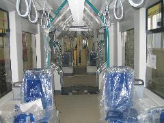 Az utastér minden modul közepén beszűkül, az ajtóknál viszont tágas. Középen, felül a szellőztető/fűtő rendszer csatornája látható., Siemens-SGP gyár, Bécs (forrás: Siemens)