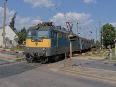 Vonat halad át Diósdi úton, Diósdi út, Érd alsó mellett, Érd (forrás: Friedl Ferenc)