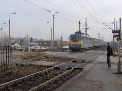 Vonat halad át a Diósdi úton, Érd felső, Diósdi út, Érd (forrás: Friedl Ferenc)