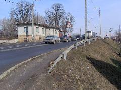 A Diósdi út szintben keresztezi a 40-es vasútvonalat, annak ellenére, hogy az egy töltésen halad, Diósdi út, Érd felső, Érd (forrás: Friedl Ferenc)