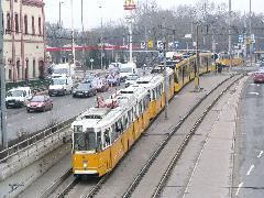 Mint Bécsben az U6, két hagyományos kocsi között egy alacsonypadlós... Hol a határ a Light Rail és a villamos között?, Könyves Kálmán körút, Budapest (forrás: Hajtó Bálint)