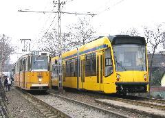 A 37-es villamos menetrend szerint járt. A típuscserének sokkal hamarabb meg kellett volna történnie., Salgótarjáni út, Budapest (forrás: Hajtó Bálint)