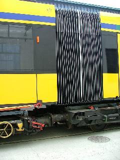 A pőrekocsikra egy speciális sín került felszerelésre, ami a kocsik között az ívek miatt nem volt összekötve. (forrás: Siemens)