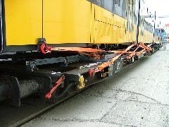 A villamos rögzítése a középső pőrekocsin. (forrás: Siemens)