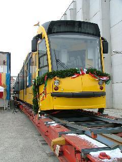 Már a bécsi gyárban feldíszítették a villamost. (forrás: Siemens)
