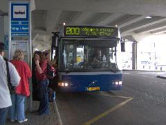 200-as busz Ferihegy 2 terminálon, Ferihegyi repülőtér, Budapest (forrás: Friedl Ferenc)
