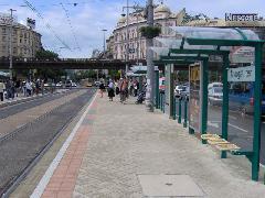 Ahol volt hely, ott sem kapott oldalfalat az esőbeálló - így kisebb a használati értéke, Nyugati pályaudvar, Budapest (forrás: VEKE)