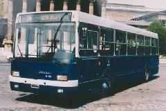 Az Ikarus 415 típusú autóbusz prototípusa a Hősök terén, reklámfotózáson. (forrás: VEKE)