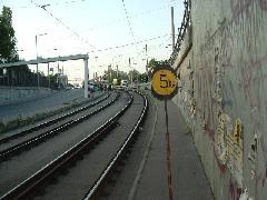 Szerda délután kitűzték az 5km/h-s lassújelet a szakaszra. Ez azt jelenti, a vágány olyan rossz állapotú, hogy csak lépésben lehet haladni rajta. A pályaszolgálat akár azonnali vágányzárat is elrendelhetett volna. Nem tette, és a javításnak sem állt neki. A tábla kitűzése a legolcsóbb javítási módszer., Budapest (forrás: VEKE)