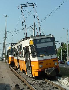 A szerelvény utolsó kocsija felfutott a szegélyre. Ha felborul, súlyos sérüléseket szenvednek az utasok., Budapest (forrás: VEKE)