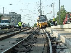 A kisiklott villamos végigszántotta a pályát. A vezetőnek az utasok szóltak, hogy baj van., Budapest (forrás: VEKE)