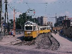 A Nagyvárad térig közlekedő 42-es villamos a metróépítés miatt kialakított ideiglenes vágányon halad a városközpont irányába. Az ideiglenes vágány felépítményét ma nem kevés villamosvonal megirigyelné. (forrás: Heinz Heider)
