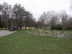 A felszállóhely és az utasokat terelő korlátok 2006. tavaszán, Expo tér, Budapest (forrás: Müller Péter)