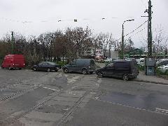 Parkoló autók a villamosvágányokon - itt most nem ők akadályozzák a kötöttpályás közlekedést, Expo tér, Budapest (forrás: Müller Péter)