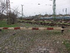 A vágányzáró sorompó a nagyvasúti kereszteződésnél. Meddig marad zárva?, Expo tér, Budapest (forrás: Müller Péter)