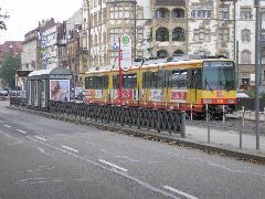Vonat a villamosmegállóban, Tullastrasse, Karlsruhe (forrás: Németh Attila)