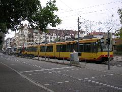 75 méteres elővárosi vonat a villamosmegállóban, Tullastrasse, Karlsruhe (forrás: Németh Attila)