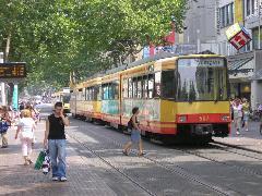 Villamosközlekedés a sétálóutcában, Kaiserstrasse, Karlsruhe (forrás: Németh Attila)