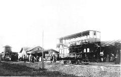 A Köztemetői vasút végállomása, előtérben a 66. pályaszámú egyedi emeletes kocsi (forrás: A főváros tömegközlekedésének másfél évszázada)