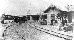 Gőzvontatású vonat halad az Őrháznál a Liget tér felé (forrás: A főváros tömegközlekedésének másfél évszázada)