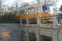 Az 1358 psz. Ganz csuklós a köztemetői aluljáró fölött halad át, Új köztemető, Budapest (forrás: VEKE)