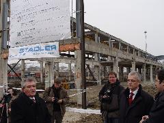 Czompó István, Pusztaszabolcs polgármestere és Jürg Gygax, a Stadler nemzetközi vezérigazgató-helyettese köszöntötték az egybegyűlteket, majd aláírták az alapításról szóló iratot. A 6500 lakosú vasutas településnek nagyon kell az üzem, az építési hatóság nem is kötött bele semmibe az engedélyezéskor., állomás, Pusztaszabolcs (forrás: Dorner Lajos)