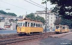 Az 1046-os kocsi a Fogaskerekű vasút megállóhely közelében. A megállóban egy pótos ezres is megfigyelhető, mely az 56-os vonalra volt beosztva, Fogaskerekű Vasút megállóhely, Budapest (forrás: Geoffrey Tribe)