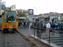 A legutolsó villamos a Keleti Pályaudvar elött, 2003 szeptemberében, különjáratként. Ekkor már a Thököly út járhatatlan volt, a villamos a Festetich utcából érkezett a térre. A villamos mellette a ritkán járó 67V áll. (forrás: Németh Zoltán Gábor)