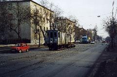 Üzemi menetek rendszeresen voltak a Thököly úton 2001-ig, amíg a 3-as villamost nem indították el. A képen egy forgóvázakat vontató Muki becenevű tehervillamos látható, nem messze a Róna utcától. (forrás: Németh Zoltán Gábor)
