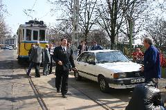Az egri illetőségű, villamost valószínűleg ritkán látott autós hiába kereste kocsiját, azt kíváncsi óvodások szeme láttára szállították el., Ispotály u., Debrecen (forrás: Vincze János)