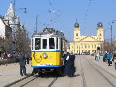 A klasszikus beállítás a Nagytemplommal. A nosztalgiavillamos mögött közvetlenül a biztosítás, a DKV szervizkocsija. A templom előtt egy KCSV6-os is látható., Piac utca, Debrecen (forrás: Hajtó Bálint)