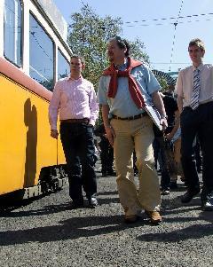 Antal Attila a VEKE tagságával megtekinti a villamost. (forrás: Tormássy Attila)