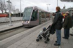Akadálymentesített peronokat létesítettek minden megállóban, Dublin (forrás: Alstom)