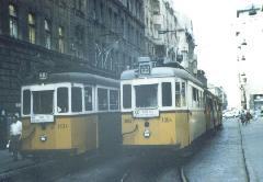 Ezresek találkozása: a 33-as és az 55-ös villamos indulásra készen áll a Kádár utcai hurokban. (forrás: Lakos Rudolf)