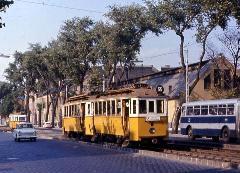 A Váci út sem éppen előnyére változott a villamosok eltűnése után. A fenti képen még nagy fák, és zárt pályás villamos... (forrás: Vittorio Formigiari)