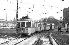 A 33-as villamos éppen az Árpád hídra kanyarodik rá a Váci útról. (forrás: Németh Zoltán Ádám gyűjteménye)