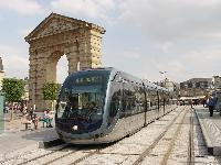 Egy CITADIS Bordeaux belvárosában, az alsóvezetékes szakaszon. (forrás: Vitézy Dávid)