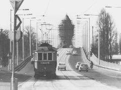 Az 1762-es kocsi az Árpád úton a 10-es viszonylatra táblázva. Ekkoriban a villamosok már az új, 1974-ben átadott hídon keltek át a vasút felett. (forrás: Németh Zoltán Ádám gyűjteménye)