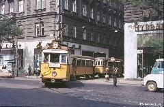 A 3-as villamos éppen a Kádár utcát hagyja el. Érdemes megfigyelni a villamos útját bizosító jelzőőrt! (forrás: Geoffrey Tribe)